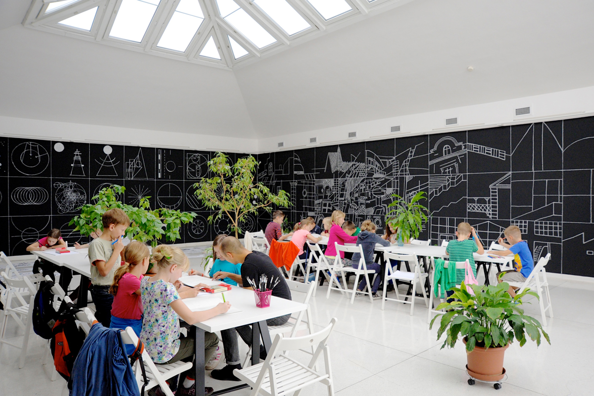 "Children's drawing workshop in the space of ""From A to B to C."" (© Kamil Till & Andrea Velnerová)"