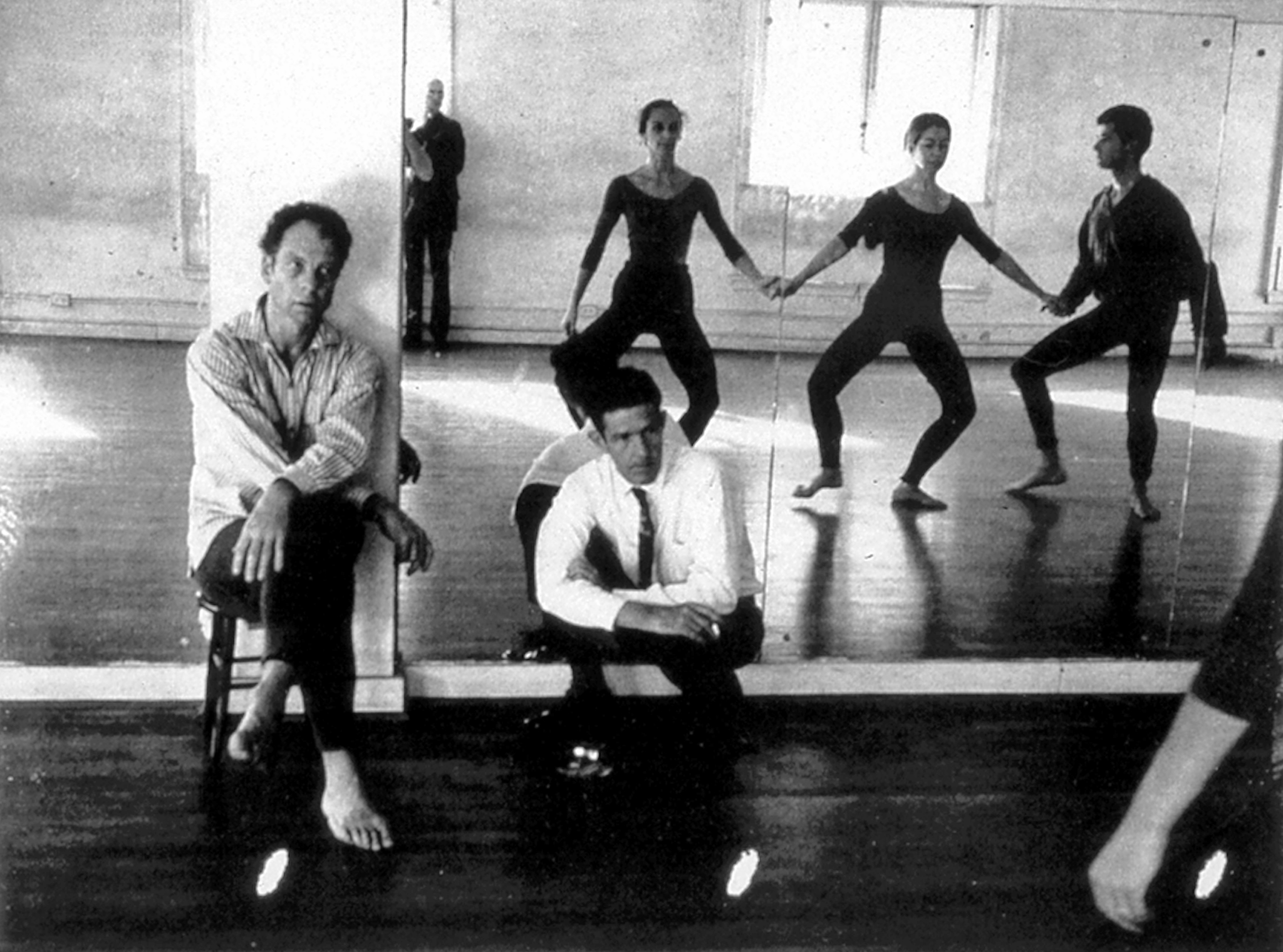 Robert Rauschenberg Merce Cunningham and John Cage observing Carolyn Brown, Viola Farber, and Steve Paxton in class, Third Avenue studio, New York City, circa 196, Robert Rauschenberg Foundation Archives ©Robert Rauschenberg Foundation